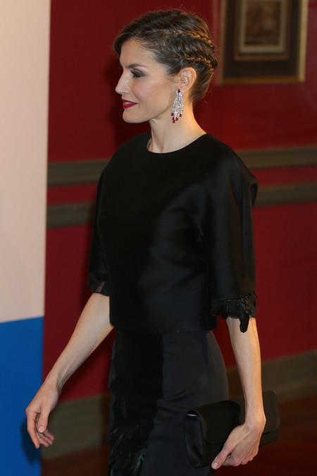 La Reina Letizia, impecable entre plumas y trenzas en el aniversario de Expansión