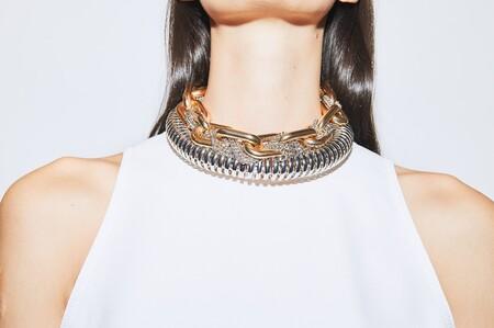 No exageramos al decir que para lucir los nuevos chokers de Sfera se necesita ejercitar el cuello