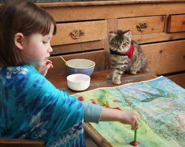 Niña autista de cinco años conmueve con sus increíbles pinturas