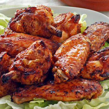 Alitas de pollo al horno picantes: receta con salsa harissa con la que te chuparás los dedos