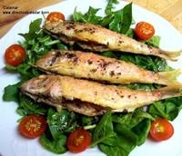Salmonetes en su lecho de espinacas y rúcula