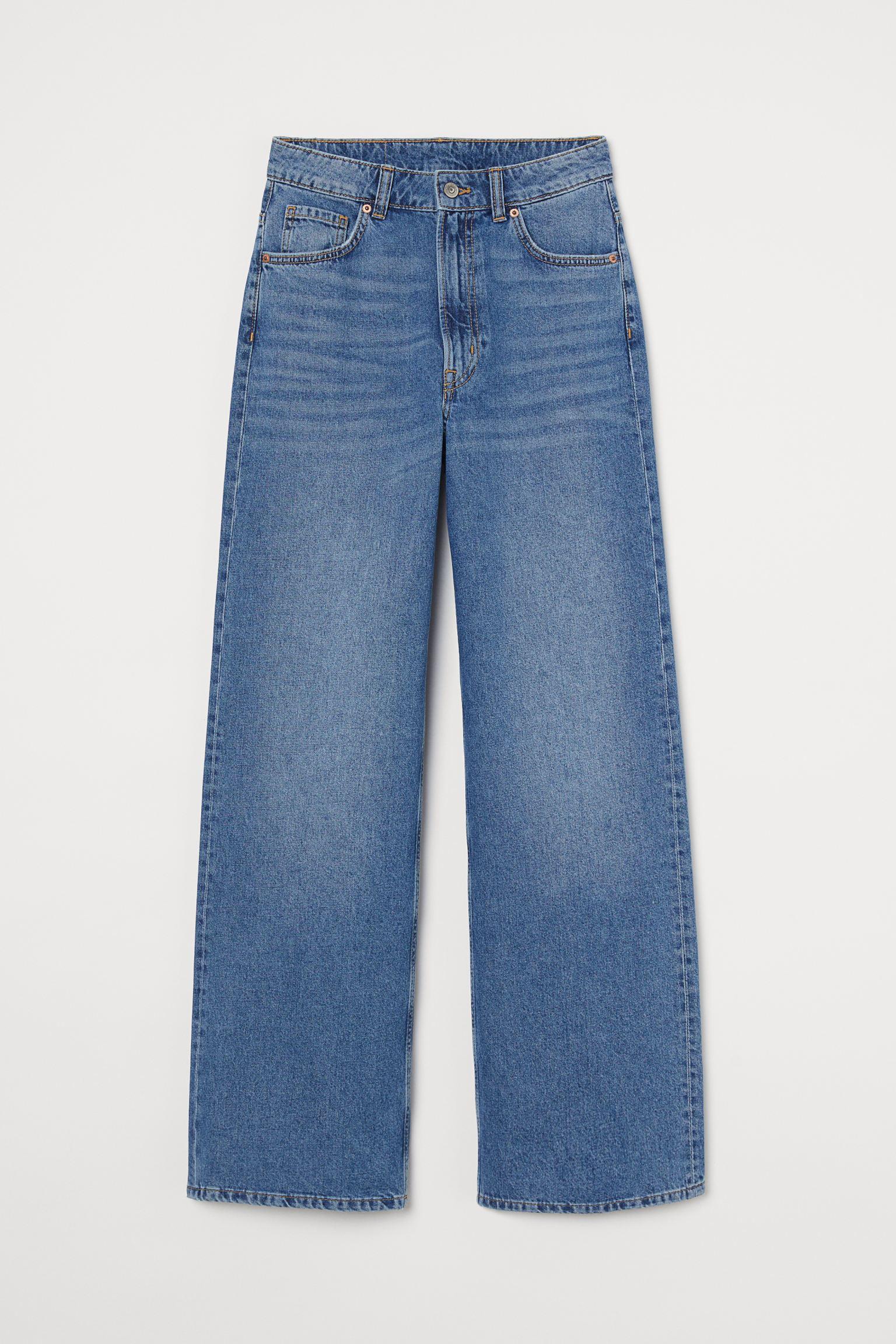 Vaquero de cinco bolsillos en denim lavado de algodón. Modelo de talle alto con perneras amplias rectas y cierre de cremallera con botón.