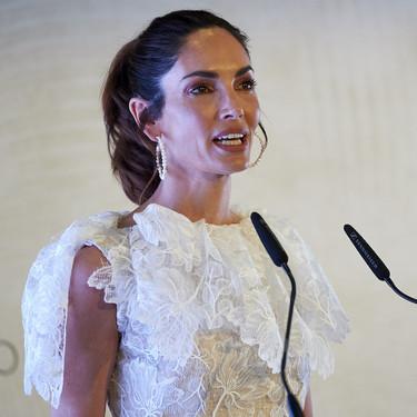 Eugenia Silva luce un delicadísimo vestido de color blanco con el que cualquier novia podría casarse de corto