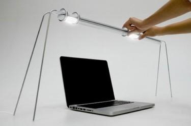 Una lámpara de escritorio flexible