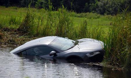 Audi R8 zambulléndose en un río