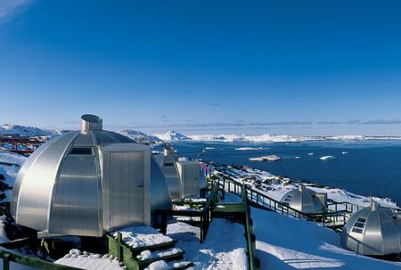 Una experiencia única: dormir en un iglú con vistas a un fiordo (y en Groenlandia)