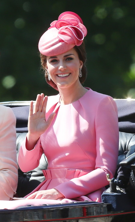 Kate Middleton impacta con un look en color rosa