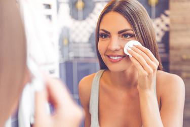 Por qué el agua micelar está tan de moda y se ha convertido en un imprescindible para la limpieza del rostro
