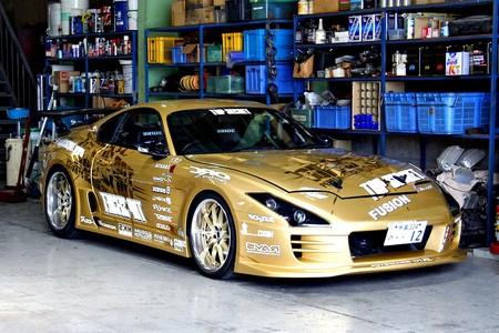 Toyota Supra tuneado dorado
