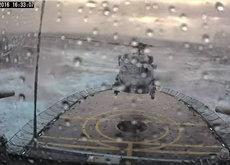 La angustia de ver aterrizar un helicóptero sobre una plataforma en movimiento sobre el mar y bajo una tormenta