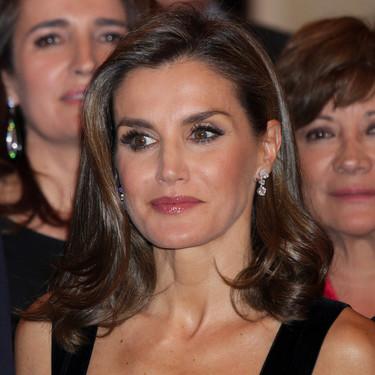 La Reina Letizia sorprende a todos estrenando un espectacular vestido blanco y negro