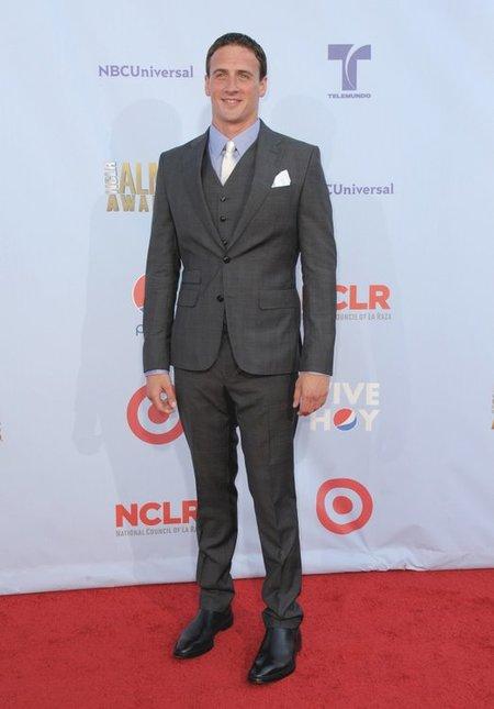Jake Gyllenhaal y Ryan Lochte en los Alma Awards. Dos estilos totalmente diferentes