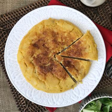 Tortilla de patatas vegana, una receta sin huevo más que sorprendente (con vídeo incluido)