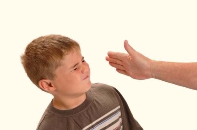 pegandole a un niño