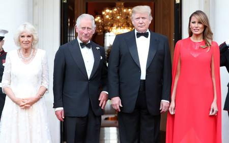 Melania Trump deslumbra en Londres con un vestido capa rojo