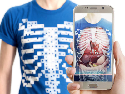 Estudiar anatomía con el móvil no será una excusa con una app y esta camiseta especial