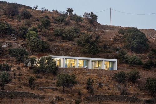 Parellel House, una casa moderna y minimalista que nos sorprende en las costas griegas