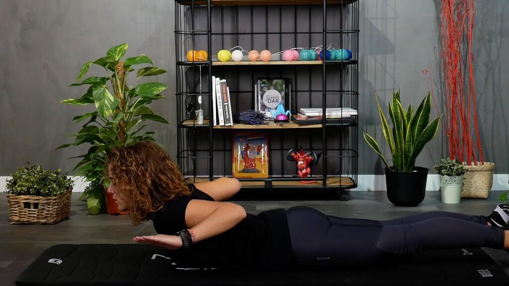 Si te pasas mucho tiempo sentado frente al ordenador, aquí tienes una rutina de estiramientos y ejercicios posturales para hacer desde casa