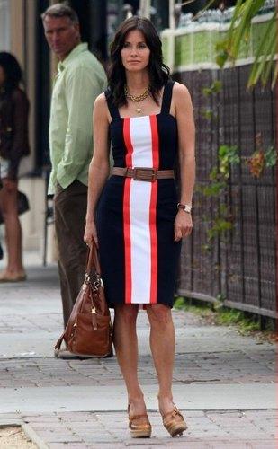 Courtney Cox clásica con un vestido de rayas y con estilo
