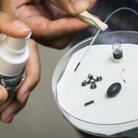 """Unos investigadores han creado un espray magnético para hacer que pequeñas estructuras actúen como """"milirrobots"""""""