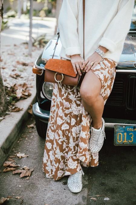 Con unas simples zapatillas blancas podemos crear un look perfecto