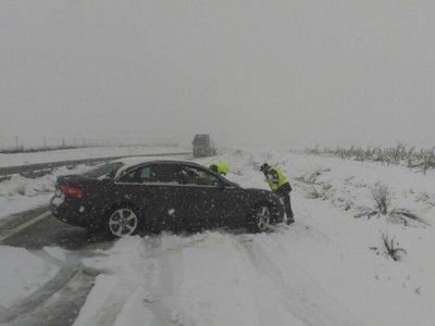 Alrededor de 400 carreteras están afectadas por nieve y hielo, y 56 de ellas cortadas