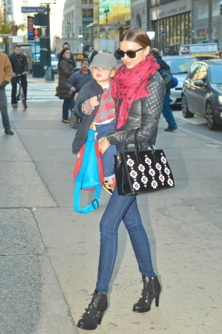 Miranda Kerr y Jessica Alba caen rendidas ante los bolsos de Prada