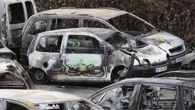 """La pasada Nochevieja en Francia """"solo"""" quemaron 940 coches"""