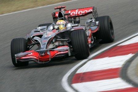 Lewis Hamilton gana la primera batalla en China
