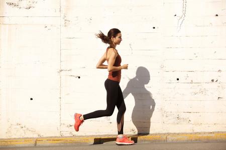 ¿Te duele la cabeza después de correr? Estas son las posibles causas (y cómo puedes evitarlo)