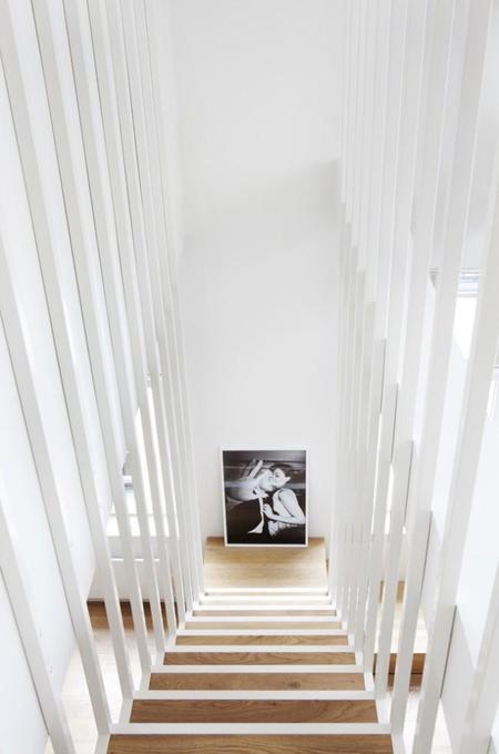 en la foto sobre estas lneas podemos ver el detalle de la escalera que a pesar de la aparente fragilidad que muestra en algunas de sus vistas es robusta