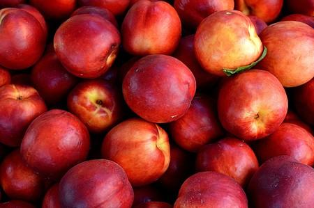 La nectarina, mucho más que un melocotón de piel lisa: propiedades, usos en cocina y siete recetas para sacarle todo el partido
