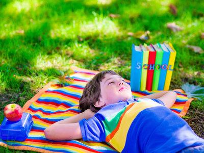 El verano no es para hacer deberes, los niños merecen descansar y aprender en libertad