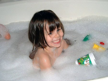 Consideraciones sobre la seguridad de los niños dentro del hogar (VI): estar atentos para evitar ahogamientos