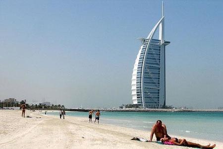 Pareja británica enjuiciada por besarse y beber en público en Dubai