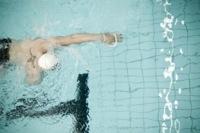 Nadar con pelotas de tenis en la mano para mejorar la técnica