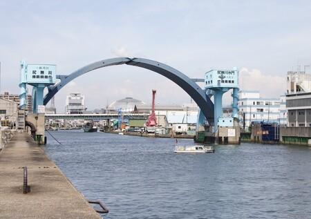 Parece un puente, pero no lo es: esta espectacular compuerta hidráulica en forma de arco protege Osaka de tifones y maremotos