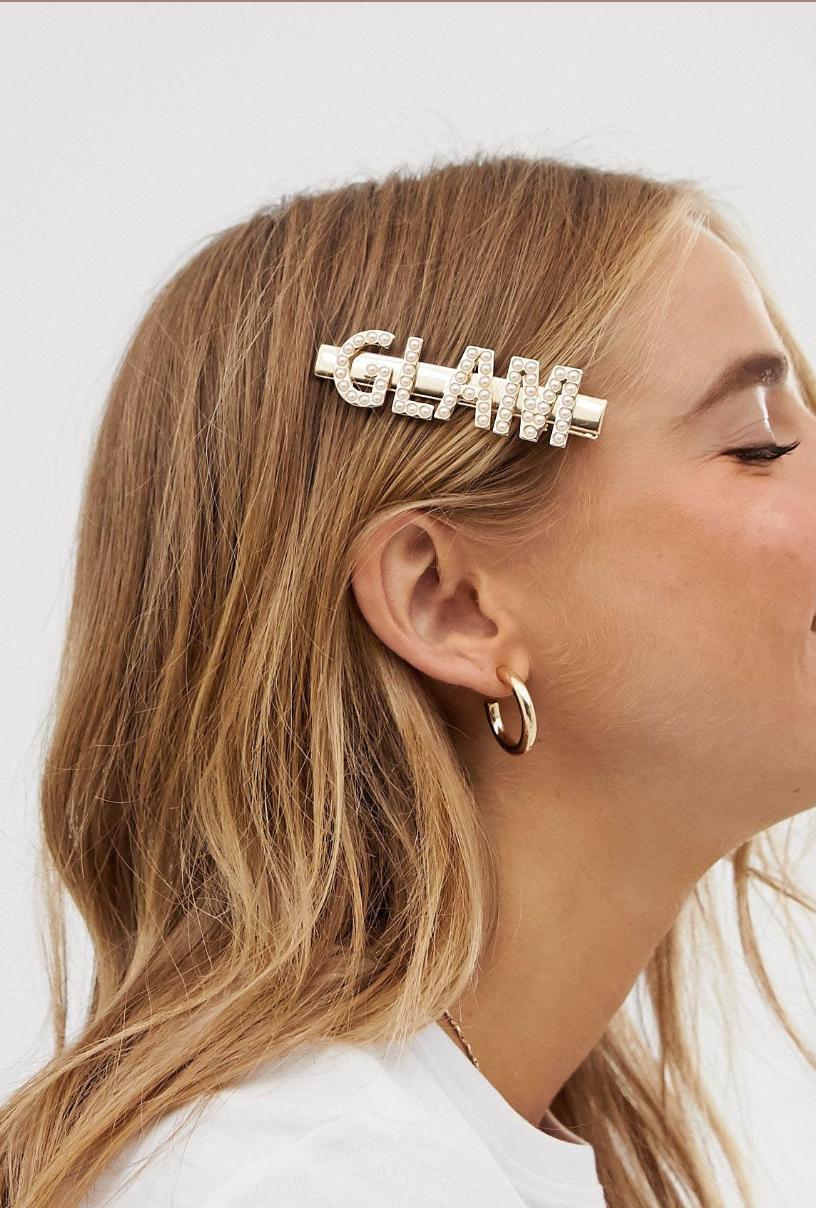 Pasador para el pelo en tono dorado con eslogan Glam con perlas de ASOS DESIGN