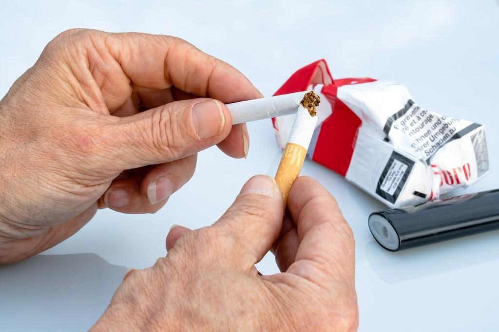 Dejar de fumar, pero no reducir el número de cigarrillos que se fuman, contribuye a reducir el riesgo de enfermedades cardiovasculares