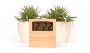 Un reloj que obtiene su energía del suelo húmedo