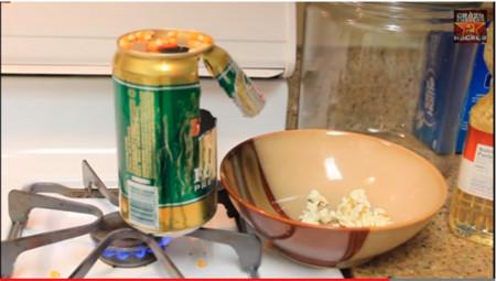 ¿Palomitas en una lata de cerveza? en YouTube nos muestran cómo hacerlo