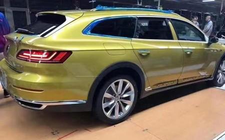 La futura versión familiar del Volkswagen Arteon se deja ver en China en su versión Alltrack