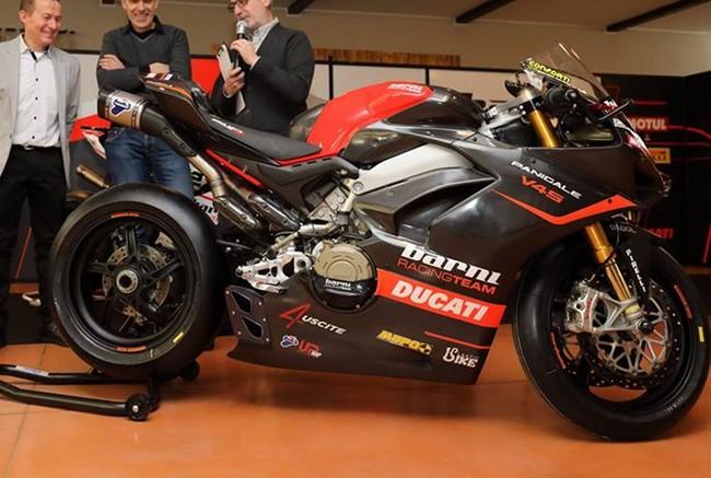 Esta es la primera Ducati Panigale V4 S de carreras del Barni Racing, ¡y tiene cuatro salidas de escape!