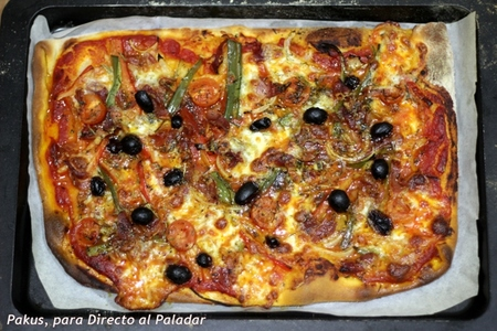 Pizza rústica de jamón, verduras y pasas. Receta