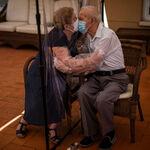 El fotoperiodista español Emilio Morenatti gana el premio Pulitzer 2021 de fotografía por sus imágenes de mayores durante la pandemia