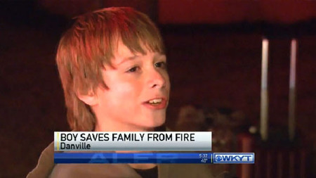 Niño salva a su familia de un incendio por jugar hasta tarde