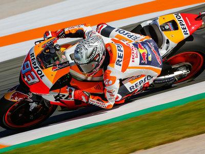 Marc Márquez se lleva la pole en Cheste destrozando a sus rivales… y a su Honda