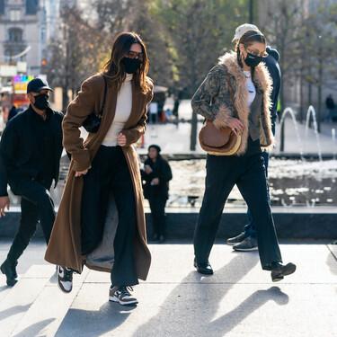 Kendall Jenner y Bella Hadid nos enseñan dos opciones para combatir el frío: un abrigo largo camel y una chaqueta noventera con pelo