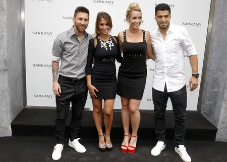 Messi y Luis Suarez novias tienda Barcelona