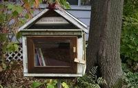 Una buena idea: estanterías de exterior para compartir libros con los vecinos
